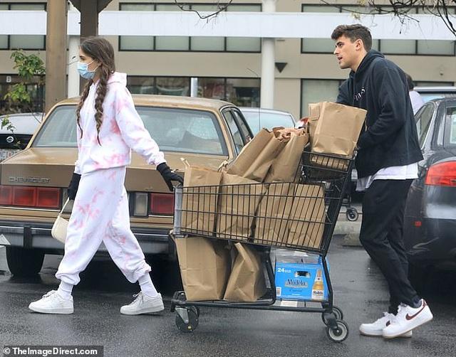 Sao Hollywood tích cực đi siêu thị giữa đại dịch - 10