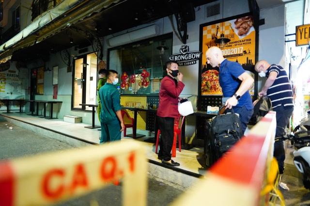 Du khách dọn hành lý rời phố Bùi Viện vì có người nhiễm Covid-19 - 4