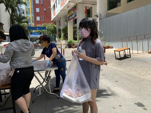 Hơn 1.000 cư dân khu cách ly được phục vụ ăn uống miễn phí - 3