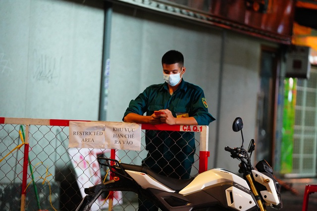 Du khách dọn hành lý rời phố Bùi Viện vì có người nhiễm Covid-19 - 14