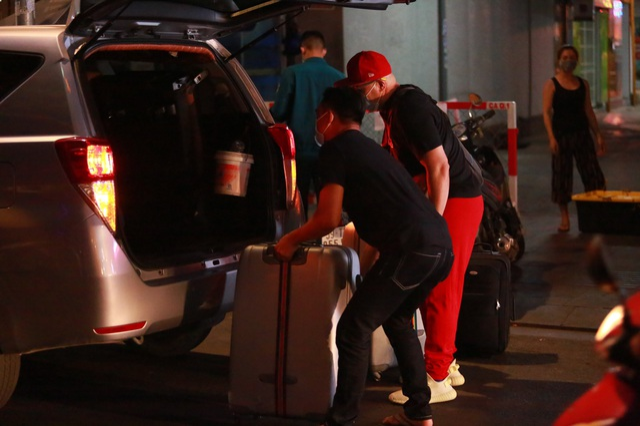Du khách dọn hành lý rời phố Bùi Viện vì có người nhiễm Covid-19 - 9