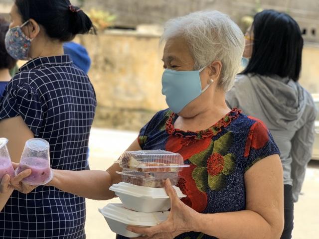 Hơn 1.000 cư dân khu cách ly được phục vụ ăn uống miễn phí - 2