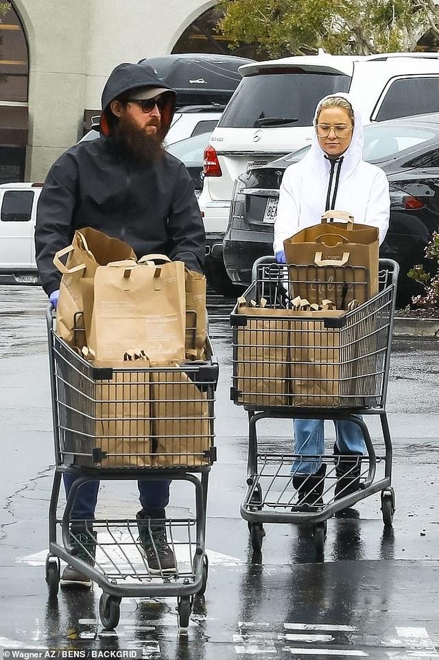 Sao Hollywood tích cực đi siêu thị giữa đại dịch - 4