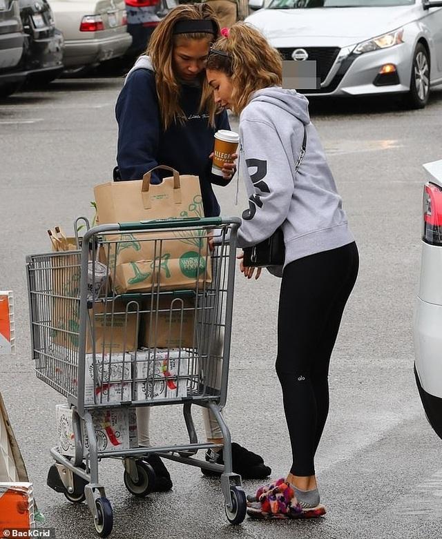 Sao Hollywood tích cực đi siêu thị giữa đại dịch - 8