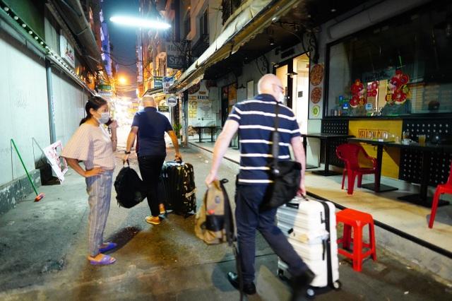 Du khách dọn hành lý rời phố Bùi Viện vì có người nhiễm Covid-19 - 6