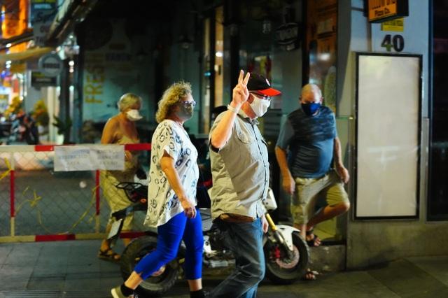Du khách dọn hành lý rời phố Bùi Viện vì có người nhiễm Covid-19 - 13