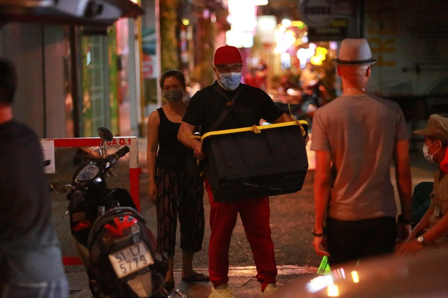 Du khách dọn hành lý rời phố Bùi Viện vì có người nhiễm Covid-19 - 17