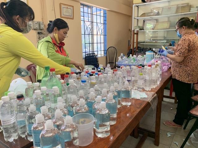 Hơn 1.000 cư dân khu cách ly được phục vụ ăn uống miễn phí - 9