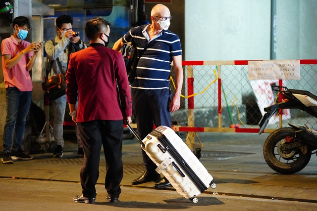 Du khách dọn hành lý rời phố Bùi Viện vì có người nhiễm Covid-19 - 8