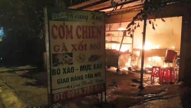 Quán cơm bốc cháy dữ dội, khách nháo nhào bỏ chạy - 2