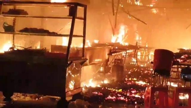 Quán cơm bốc cháy dữ dội, khách nháo nhào bỏ chạy - 3