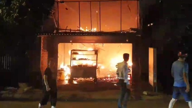 Quán cơm bốc cháy dữ dội, khách nháo nhào bỏ chạy - 1