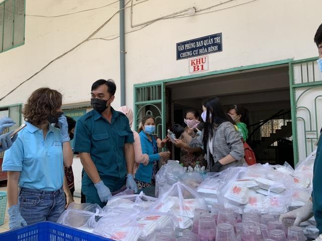 Hơn 1.000 cư dân khu cách ly được phục vụ ăn uống miễn phí - 7