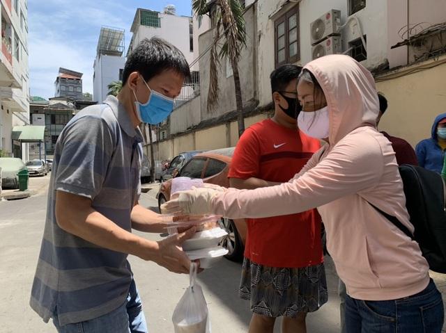 Hơn 1.000 cư dân khu cách ly được phục vụ ăn uống miễn phí - 6