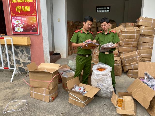Quảng Bình: Bắt hơn 10 tấn trái cây sấy không nhãn mác, nguồn gốc - 2