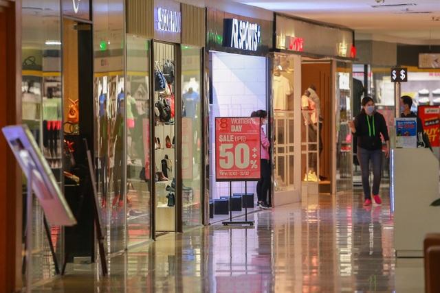 Cảnh vắng lặng như tờ tại các trung tâm thương mại Hà Nội trong mùa dịch - 2