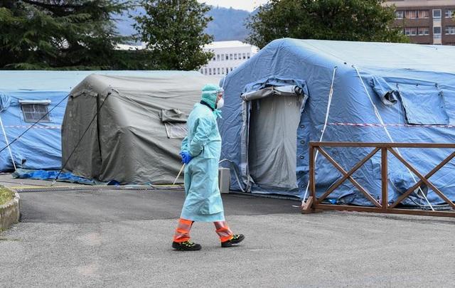 Hơn 1.400 người chết, các bệnh viện ở Italia gồng mình đối phó Covid-19 - 6