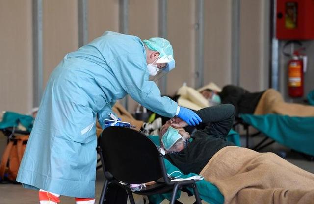Giây phút cuối cùng của bệnh nhân nhiễm virus corona tại Italia - 1
