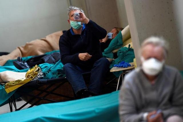 Hơn 1.400 người chết, các bệnh viện ở Italia gồng mình đối phó Covid-19 - 8