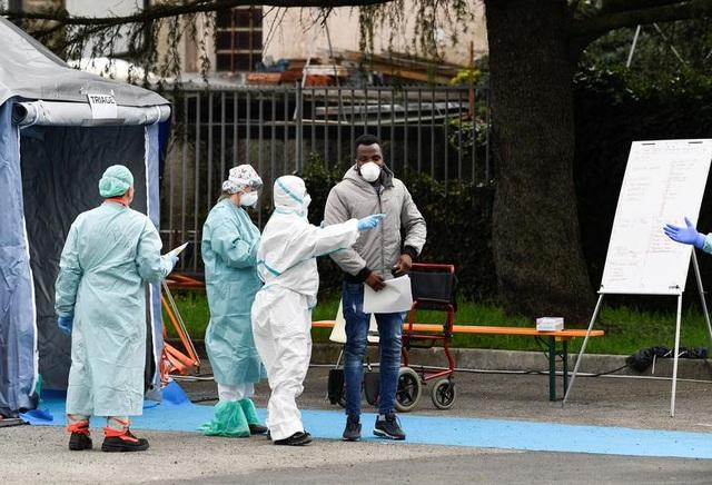 Hơn 1.400 người chết, các bệnh viện ở Italia gồng mình đối phó Covid-19 - 9