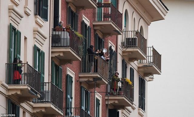 Dàn chim sắt Italia trình diễn động viên người dân chống dịch Covid-19 - 3