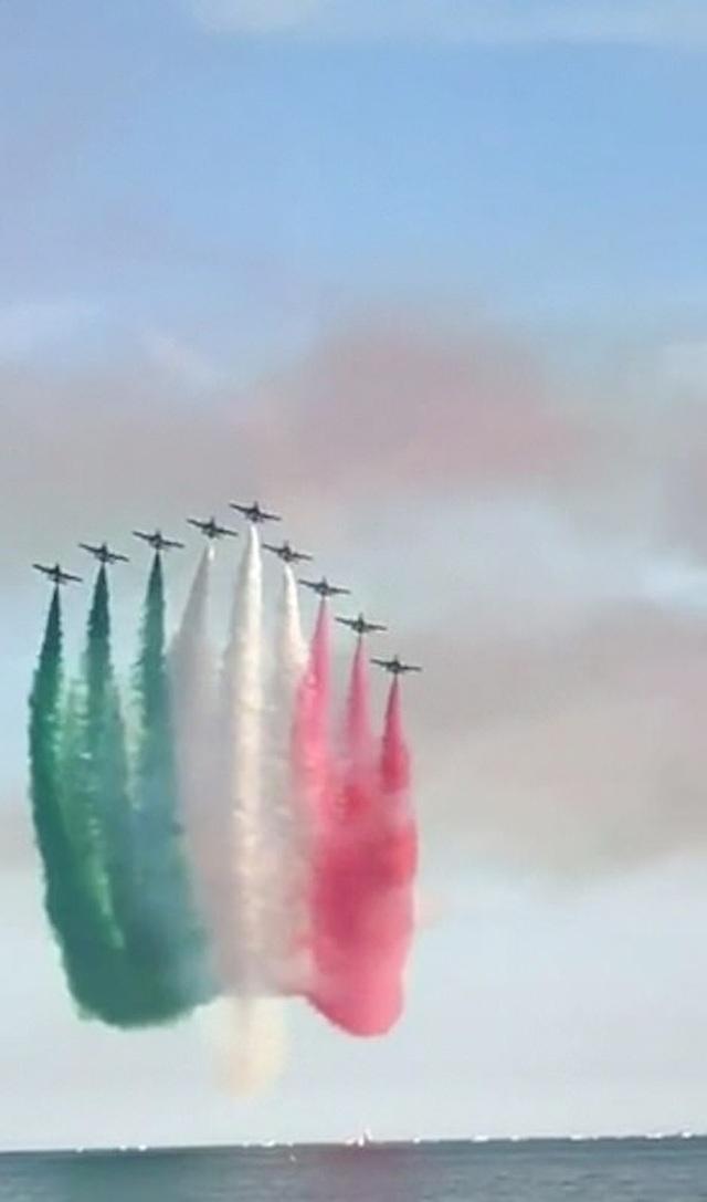 Dàn chim sắt Italia trình diễn động viên người dân chống dịch Covid-19 - 1
