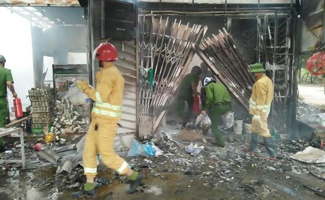 Cửa hàng tạp hóa bốc cháy giữa trưa, hơn 1 tỷ đồng ra tro - 1