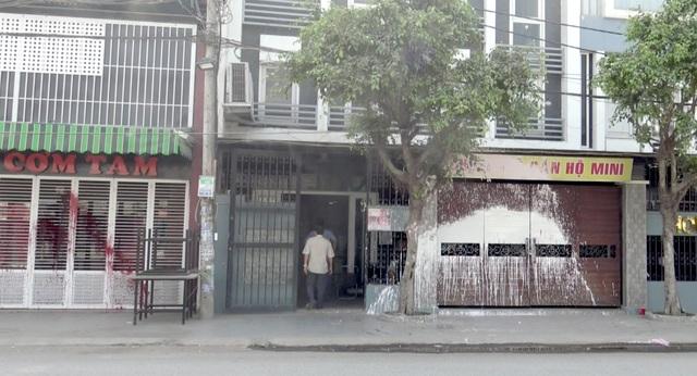 Truy tìm thanh niên bịt mặt nửa đêm tạt sơn 3 ngôi nhà - 1
