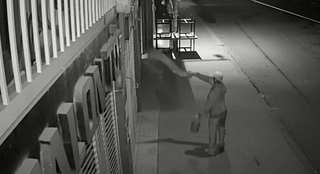 Truy tìm thanh niên bịt mặt nửa đêm tạt sơn 3 ngôi nhà - 4