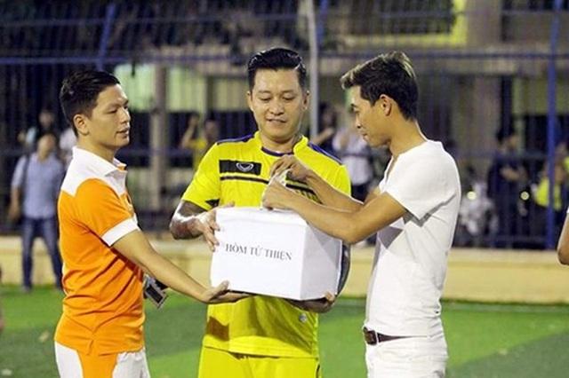 Tréo ngoe cảnh nghệ sĩ Việt làm từ thiện bị... chê bai, công kích - 2