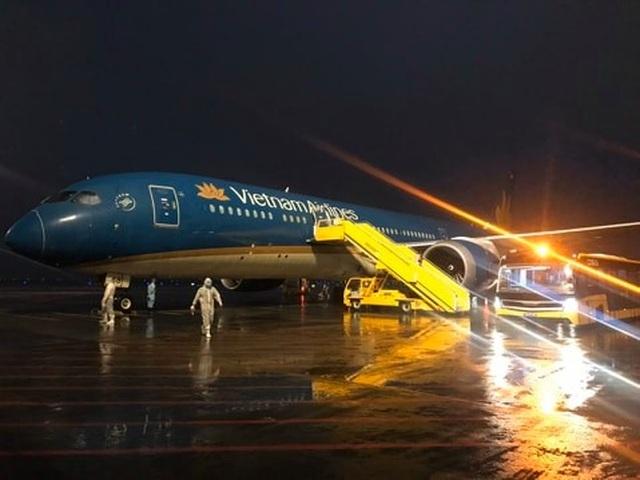 Nhiều chuyến bay chở người Việt từ châu Âu hạ cánh xuống Vân Đồn - 1