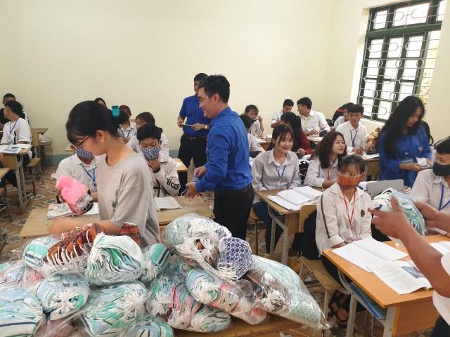 Tuổi trẻ Hà Nội tặng khẩu trang, nhu yếu phẩm cho người dân cách ly - 2