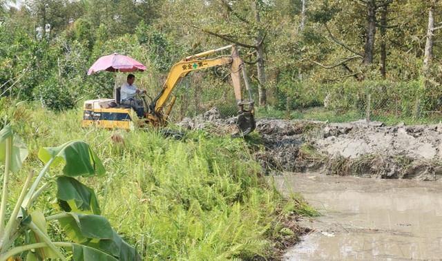 Hạn mặn khốc liệt, tìm cách cứu vườn sầu riêng của người dân - 8