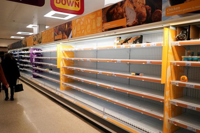 """Đổ xô """"vét"""" hàng siêu thị ở Mỹ và Anh vì Covid-19 - 4"""