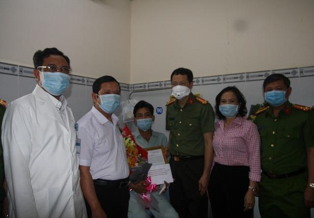 Bộ trưởng Tô Lâm khen thưởng công an xã bắt cướp, bị đâm trọng thương - 1