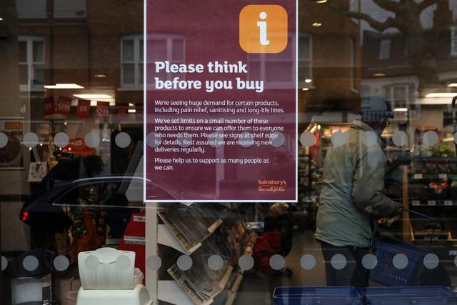 """Đổ xô """"vét"""" hàng siêu thị ở Mỹ và Anh vì Covid-19 - 3"""