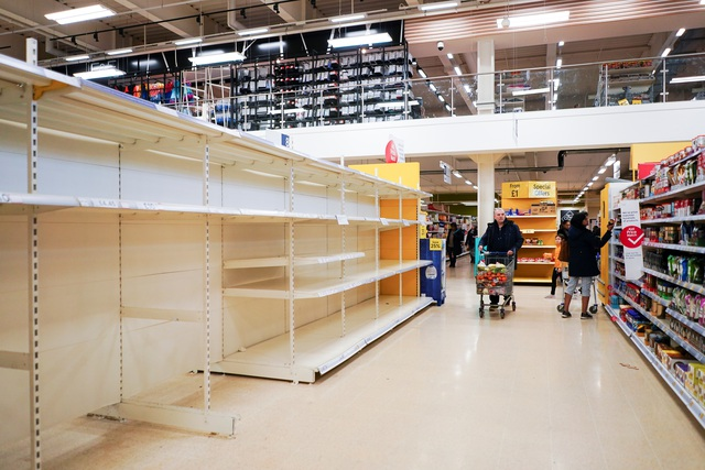 """Đổ xô """"vét"""" hàng siêu thị ở Mỹ và Anh vì Covid-19 - 5"""