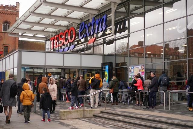 """Đổ xô """"vét"""" hàng siêu thị ở Mỹ và Anh vì Covid-19 - 9"""