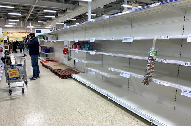 """Đổ xô """"vét"""" hàng siêu thị ở Mỹ và Anh vì Covid-19 - 2"""