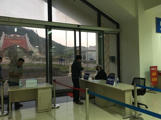Quảng Bình: Cách ly 45 người trên xe khách nhập cảnh qua cửa khẩu Cha Lo - 1