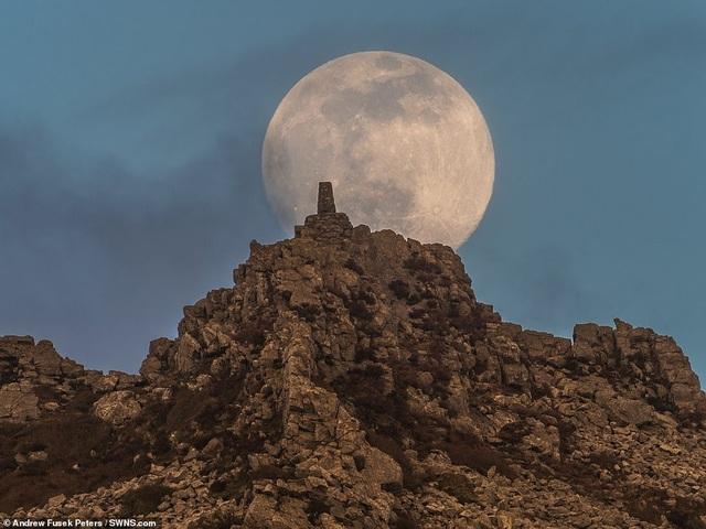 Kỳ thú hiện tượng siêu trăng trên khắp các điểm đến nổi tiếng thế giới - 1