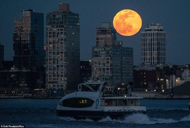 Kỳ thú hiện tượng siêu trăng trên khắp các điểm đến nổi tiếng thế giới - 8