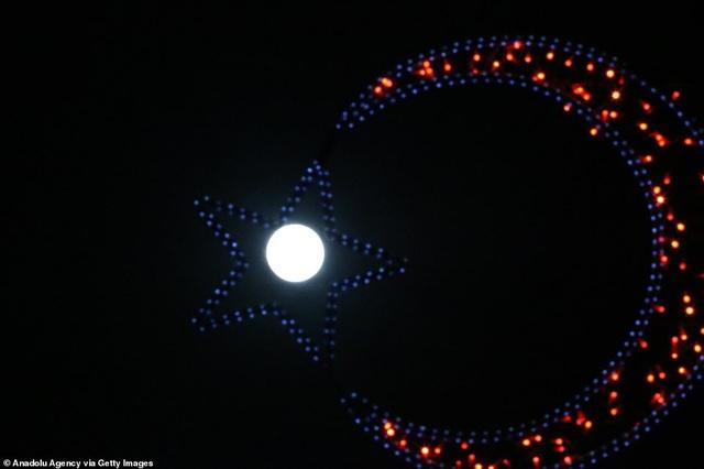 Kỳ thú hiện tượng siêu trăng trên khắp các điểm đến nổi tiếng thế giới - 9
