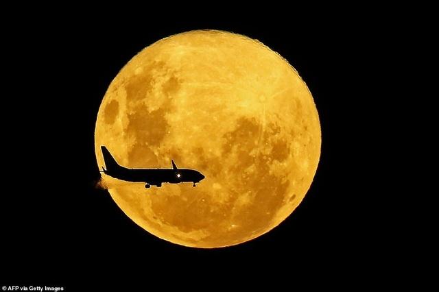 Kỳ thú hiện tượng siêu trăng trên khắp các điểm đến nổi tiếng thế giới - 14