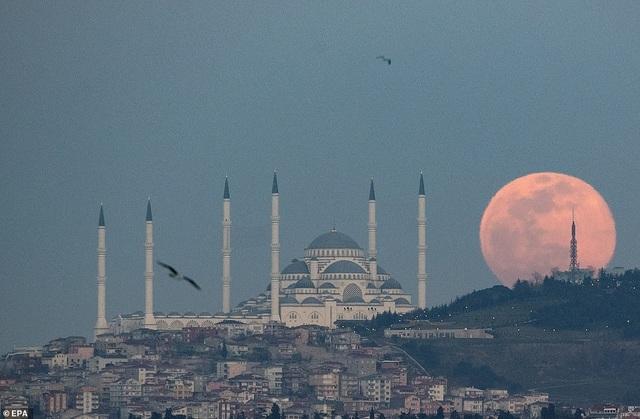 Kỳ thú hiện tượng siêu trăng trên khắp các điểm đến nổi tiếng thế giới - 16
