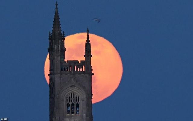 Kỳ thú hiện tượng siêu trăng trên khắp các điểm đến nổi tiếng thế giới - 17
