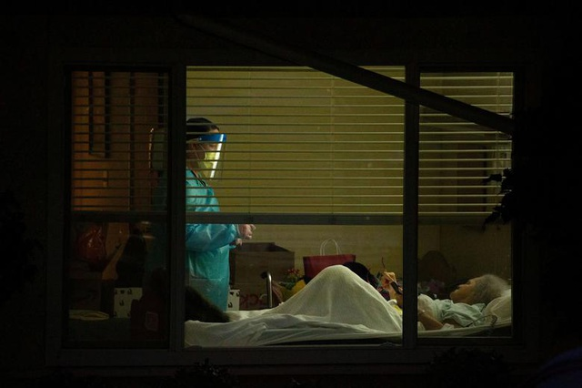 Hai bác sĩ Mỹ nguy kịch vì nhiễm virus corona - 1