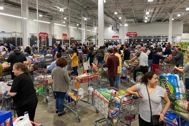 """Đổ xô """"vét"""" hàng siêu thị ở Mỹ và Anh vì Covid-19 - 10"""