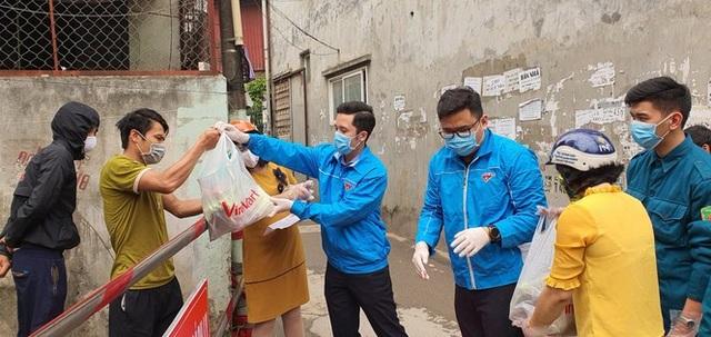 Tuổi trẻ Hà Nội tặng khẩu trang, nhu yếu phẩm cho người dân cách ly - 3