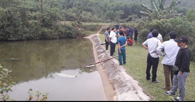 Trượt chân rơi xuống hồ nước, 2 cháu nhỏ tử vong - 1